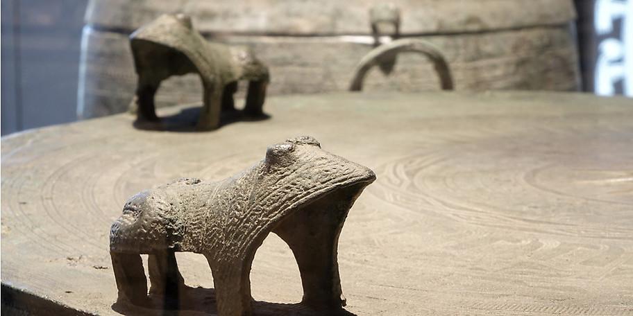 Von riesigen Bronze-Trommeln über Kultgeräte und Schmuck bis zu den Terrakotta-Skulpturen des ersten Kaiserpalastes lässt sich hier alles bestaunen